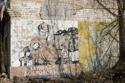 pintura-soviética-da-propaganda-na-parede-construção-abandonada-em-cher-115070826