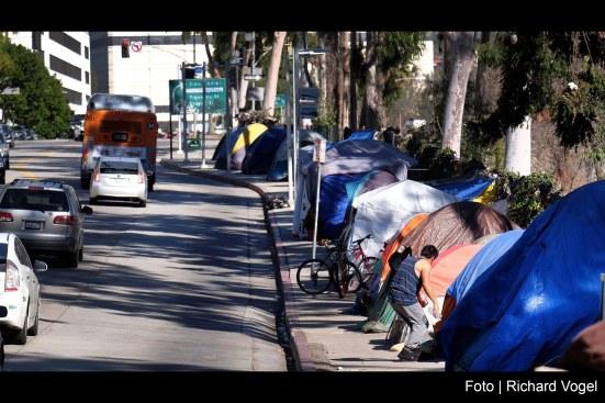 Vivendo-em-acampamentos-de-calçada-em-Los-Angeles-nos-Estados-Unidos-da-América