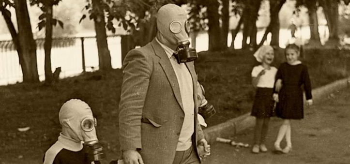 Pessoas com máscara de gás
