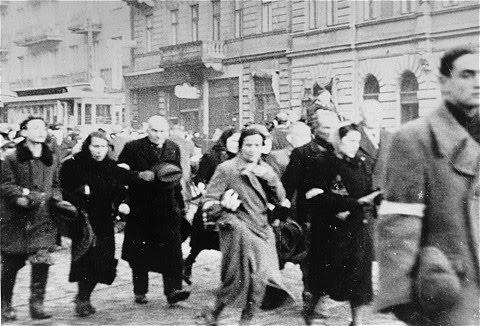povo sendo deportado no gueto de Varsóvia